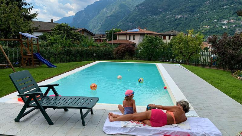 Piscina a sfioro: Mountain Spring Water - Piscina casa vacanze - Baires Piscine - Brescia Bergamo Milano